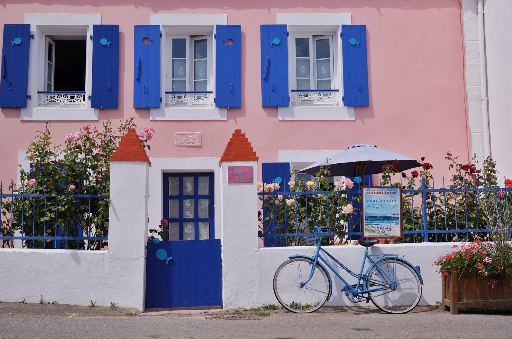 Belle-ile-en-mer-Sauzon-port-maison-rose-velo